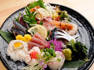 毎日市場の鮮魚店から直送される、新鮮な旬魚を使用