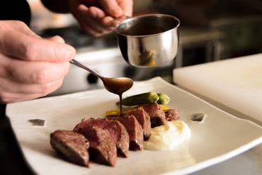 凝縮された肉の旨みを楽しむ『近江牛シンシンのグリル 赤ワインソース』