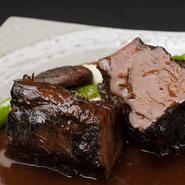 3大和牛である近江牛の、肩ロース・ネックの部位を使い、赤ワイン、フォンドヴォーで煮込んだお料理です。程よく煮込んだ牛肉の柔らかさは絶妙な食感。タイムの香りが五感を刺激します。