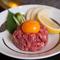 新鮮な牛肉に、生卵と特製のタレを絡めて味わう『和牛ユッケ』