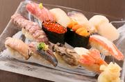 北海道近海の魚介を中心に、その時期の旬の魚介を取り入れた贅沢な一皿。北海道ならではのネタが12貫、おまかせ握りでいただけます。ネタが季節により、様々に変わるのも楽しみの一つ。