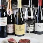 肉と相性ぴったりのワインを80種類ほど用意。フランスのほかアメリカ、オーストラリア、ニュージーランドといったニューワールドのワインも揃います。知識豊富なソムリエが好みに合うワインのアドバイスも。