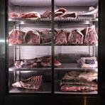 一定の温度と湿度に保った乾燥熟成庫に、巨大な肉の塊がずらり。4週間ほど寝かせることで、旨みと風味が増し、肉質も柔らかく変化します。最もおいしい状態で提供される熟成肉は、一度食べたらやみつきに。