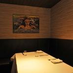 2~4 名まで利用できる個室は、特別な日のデートをはじめ、仕事の接待や会食など大切なシーンで活躍。落ち着いた雰囲気に包まれながら、プライベートな食事を満喫できます。個室の予約は電話予約のみ。