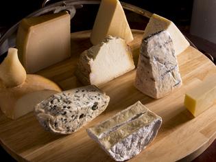 20種類以上と豊富に揃う、自ら吟味したチーズ