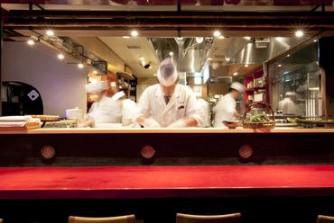 舞台を見るように調理風景を楽しめるオープンキッチン
