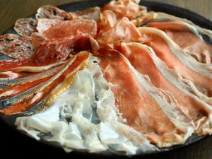 上品な甘みとしっとり食感が絶妙『擦りたての生ハムの盛り合わせ』