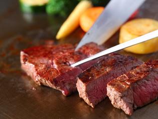 鉄板でじっくり焼き上げる『ステーキ』