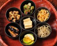 季節ごとに変わる野菜の味とともに彩りも楽しめる『旬菜ナムル七品盛』