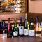 約100種類の豊富なワインが、リーズナブルな値段で楽しめる