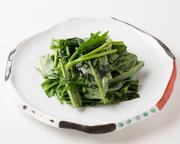 旬の青菜を使い、強火でさっと炒めた一品です。