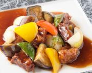 一口サイズにカットした豚の肩ロースと彩り野菜たっぷりな後味さっぱりな酢豚です。