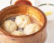 「中国菜館 志苑」特製の小龍包。 モチモチの手作りの皮の中には旨味がたっぷり凝縮した肉汁スープが溢れんばかりに飛び出します。