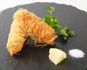 トルコの食材「カダイフ」を使用した食感が楽しめるアレンジ中華! 外側のサクサクと海老のプリプリとした食感をお楽しみ下さい。 レモンと塩はお好みでどうぞ。