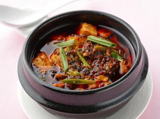 ぐつぐつと湯気が立ち食欲をそそる『特製 土鍋麻婆豆腐』