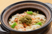 松葉蟹の胴身と蟹味噌をたっぷり使い、土鍋で炊き上げた御飯です。鳥取産コシヒカリはふっくらと粒が立ち、蟹の旨みがギュッと凝縮されています。ほかにも、季節に合わせてさまざまな『土鍋御飯』が登場します。