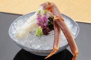 鳥取県の境港で水揚げされた松葉蟹を生きたまま空輸。店内のいけすから取り出したばかりの松葉蟹を手早く捌き、さっと洗いにかけることで花が咲いたように身が広がります。濃厚な甘みとトロッとした食感が絶妙です。