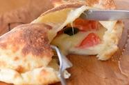 とろーりチーズがたまらない『2種のチーズとフレッシュトマトの包みピザ』