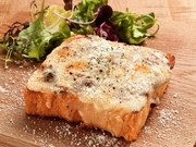 贅沢にひき肉がたっぷりのボロネーゼ。とろけるモッツアレラチーズと肉の旨味トマトソースとの相性抜群です!