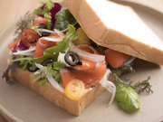 拘りのスモークサーモンとフレッシュ野菜がたっぷりサンド。挟んでも食べても、一枚はジャムバーを使って2度美味しい!