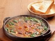 土鍋で提供するボリュームたっぷりのミネストローネ。無添加のビーンズやごろごろ野菜がたっぷりです♪