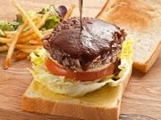 毎日お店で焼く、食パンに和牛ハンバーグを挟みました♪ジューシーな肉汁をどーぞ!