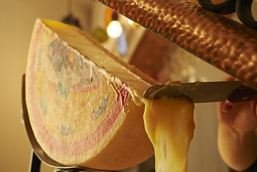 スイス産「ラクレットチーズ」を堪能。本場の味を味わえる