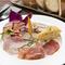 ひと皿でさまざまな味わいを堪能できる『前菜の盛り合わせ』