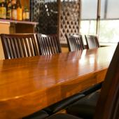 テーブルで、お隣さんと和気あいあいと飲めるお店