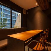 落ち着いた雰囲気の個室が2室。繋げての利用も可能