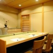 珍しい「カウンター個室」あり。眼前に広がる料理人の所作を肴に