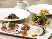 ディナーでは、前菜、サラダ、プリモ、セコンド(メイン)、食後のお飲物からなるコース料理を3種ご提供。写真のBコースのほか、お手軽なAコース、シェフのおまかせ料理Sコース(予約要)が用意されています。