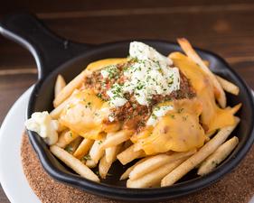 ついつい手が出る刺激的なおつまみ、チーズをかけた山盛りポテト『サルサコンケソ』