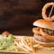 食べ応え十分!分厚いパティをサルサソースがピリッと引き締める『オニオンリングサルサバーガー』
