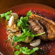 ビストロとは一線を画すガストロノミックな料理ですが、「満腹になってもらってこそフランス料理」という考えのもと、ポーションは大きめ。通年出される皮付アグー豚や愛農ナチュラルポークなど逸品が揃います。