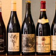 シェフ自身の好みと料理との相性から、ワインはブルゴーニュのグランヴァンとフランスの自然派が中心。良心的な価格設定に、ワインを中心に楽しみにくる常連客も多いそうです。