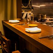 3席あるカウンターは、まさにシェフズテーブル。調理のライブ感を堪能したり、シェフとの会話を楽しんだり。カウンター好きな食通には、カウンターが空いている日に自分のスケジュールを合わせる方も多いとか。