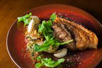 カリッカリに焼き上げた沖縄産アグー豚皮つきバラ肉のコンフィ、スパイスの香り