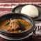 ピーナッツチリソースで煮込んだラム肉が絶品『アジデシ&フフ』