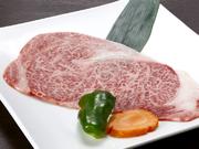 島根県産黒毛和牛A5ランクの特上ロースです。霜降り部分が多いので、肉の甘みが強く臭みが無いのが特徴。肉本来の旨味を堪能できます。