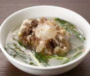 黒毛和牛のテールをじっくりと煮込んだ一品です。箸でホロホロとほぐれるほどやわらかいテールが絶品。スープはあっさりとした味わいで、にらとにんにくの風味も効いています。