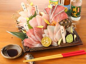 沖縄から直送される鮮度抜群の地魚を贅沢に盛合わせた『刺身』