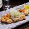 にんにくで軽くマリネし、塩・胡椒で表面をしっかりと焼き上げる『菜彩鶏のパリパリ焼き』
