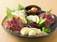 馬肉の本場・熊本から直送する厳選馬肉で、上質で新鮮な味わいが堪能できる極上の一皿『馬5点盛り』