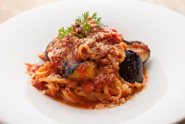 無農薬玉ねぎを使用したこだわりのソースが濃厚な『茄子のトマトパスタタリオリーニ』