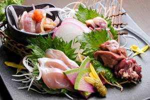 朝びきの新鮮な鶏肉を使用した『大和肉鶏刺身盛り合わせ』