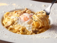卵黄二つが絡んだ濃厚でリッチな『カルボナーラ』