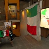 イタリアの国旗が目を引く外観
