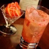 季節のフレッシュフルーツを使った『苺とアマレットのカクテル』