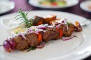 炭火で香ばしく仕上げる仔羊の串焼き『アルニ・スブラキ/ニュージーランド産仔羊のスブラキ サラダ添え』